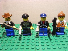 Well-armed civilians (Lhproductions00) Tags: holland star war lego police aliens robots vs wars swat weapons humans versus mensen oorlog tegen luuk civilians heerooms lhproductions00