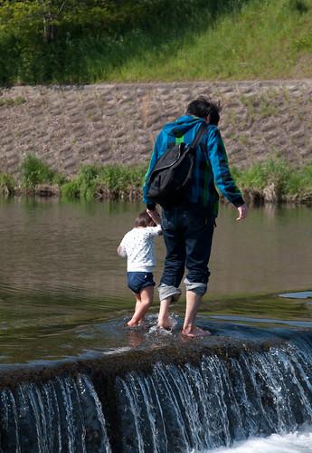 川を渡る親子