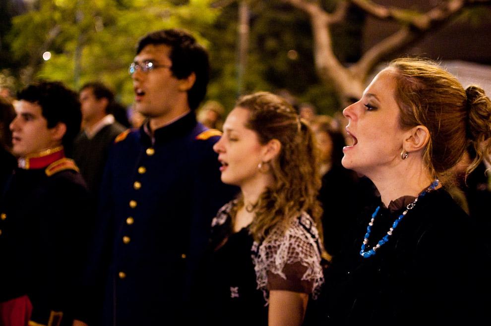 Actores entonan el Himno Nacional como parte del cierre de la función de recordación de la noche de la libertad paraguaya. (Asunción, Paraguay - Elton Núñez)