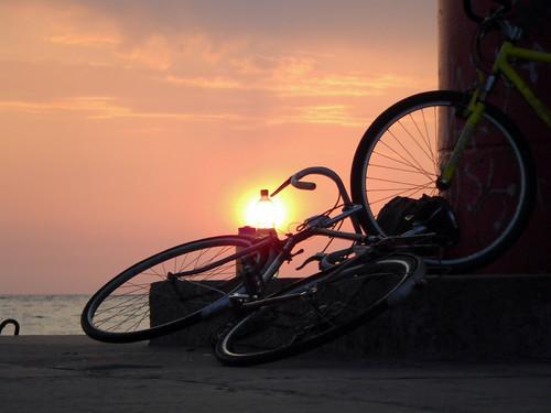 Pudele, čupa velosipēdu, saulriets, un sanāk interesanta bilde