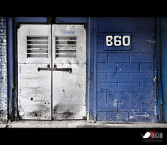 860 (Javier Bragado) Tags: street door blue newyork metal azul calle puerta manhattan ciudad urbano nuevayork 860