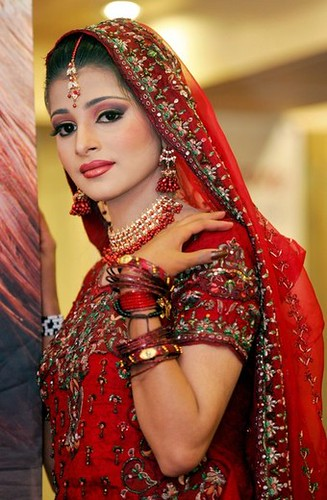 FASHION-PAKISTAN-BEAUTICIANS height=406