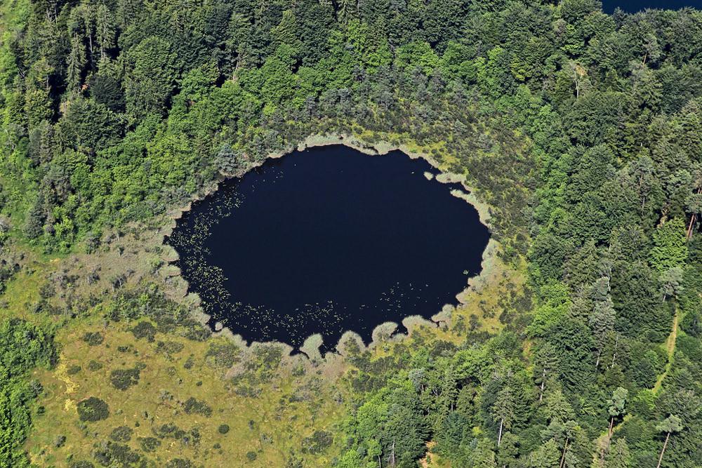 Luftbild von einem kleinen See bei Hemhof