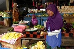 Cutting sweet Jackfruit at Pasar Kota Ternate (Sekitar) Tags: indonesia maluku utara malut provinsi ternate pulau island moluccas molukken insel cutting sweet jackfruit pasar kota market fruit