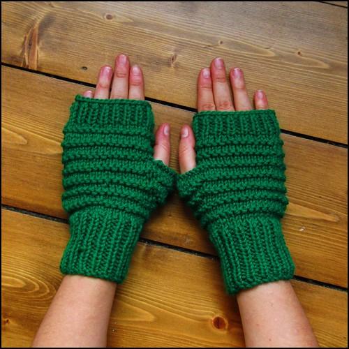 Alex fingerless gloves in grass green