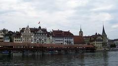 (happycat) Tags: bridge river schweiz luzern coveredbridge brcke fluss ch kapellbrcke reuss hausbrcke zentralschweiz berdachtebrcke gedecktebrcke