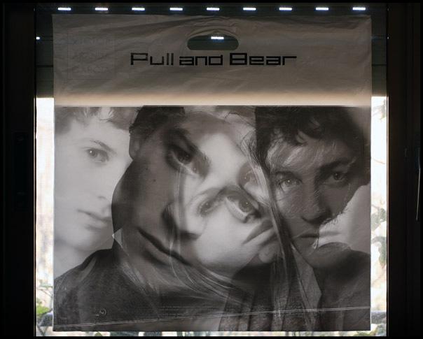 Bolsa de Pull and Bear retroiluminada en una ventana