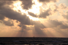 Waikiki Sunbeams (J Pan) Tags: sunset hawaii oahu waikikibeach