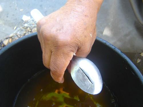 """Antes la cuchara sólo servía para tomarse la sopa, ahora es una herramienta multifuncional. """"Se corta con una segueta y queda como una cuchilla... luego se le saca filo con una lima"""", explica Socorro."""