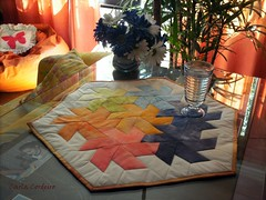 uma mandala nas cores do Arco-Íris (Carla Cordeiro) Tags: mandala placemat arcoíris patchwork tessellation geometria colorido técnica matemática hexágono sousplat paralelogramo tecidotingido tingidopordivânia