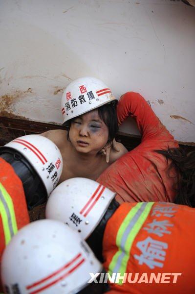 小兄妹被埋54小时后神奇获救
