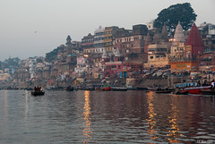Vue du Gange (jf garbez) Tags: voyage travel people india house building river temple boat nikon asia indian bank berge varanasi asie nikkor bateau btiment indien personnes pilgrim gens immeuble barque inde watercourse nationalgeographic fleuve ghat rive habitation smallboat edifice marches uttarpradesh indienne 18200mm republicofindia plerin habitant coursdeau nikon18200mm d80 nikkor18200mm bnars nikond80 vrnas  bhratganarjya architectureelement   btimentsreligieux nikonpassion nikonflickraward nikkor1802000mmf3556 religiousedifice updatecollection ght mygearandme mygearandmepremium mygearandmebronze mygearandmesilver rpubliquedelinde elementdarchitecture ghatdeprayaga