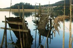 Juncos y reflejos (Virsi al sol) Tags: sea espaa atardecer mar agua nikon barca junco asturias desenfoque embarcadero reflejos muros ra d40 naln nikond40