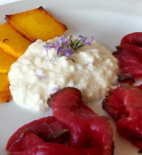 Carne salada e formaggio fresco ai fiori di rosmarino