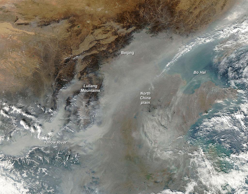 褐雲組成來自燃燒生質後大量的懸浮粒子與汙染的懸浮物;圖片來源:NASA