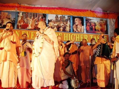 H H Jayapataka Swami in Tirupati 2006 - 0068 por ISKCON desire  tree.