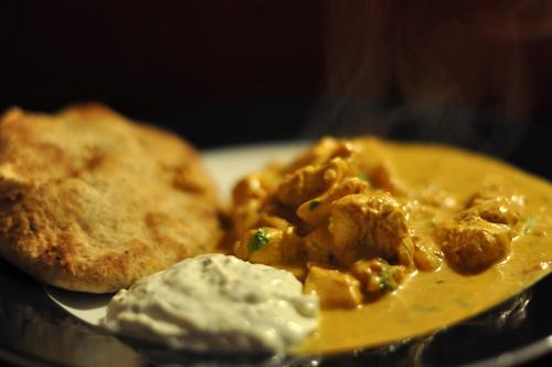 Butter chicken med raita og naan