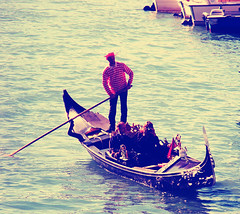 El gondolero viene y va.. Va y viene (RozeMeisje {Vinantic Photography}) Tags: venice italy man girl canal rojo agua couple gente pareja amor herfst otoo talia twee itali gndola venezi