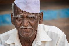 BADAMI : HOMME AU CALOT BLANC (pierre.arnoldi) Tags: inde india calotblanc portraitdhomme badami karnataka pierrearnoldi photoderue photooriginale photocouleur photodevoyage portraitsderue
