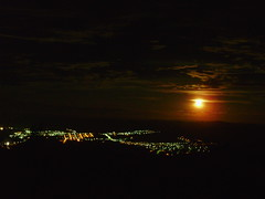 Luzes da cidade (Barroso/MG) (bettolves) Tags: pictures minasgerais luz beautiful olympus most lua noite beto luar barroso bej flickrhappy torretv noitedeluar concordians bemflickrbembrasil flickraward mostbeautifulpictures platinumpeaceaward bettolves