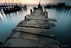 The old wooden pier (jvsafonso) Tags: sunset rural dock nikon caminos paths caminhos percorsi wege cais paden d300 estradas camins chemins  cesty staze jvsafonso llwybrau