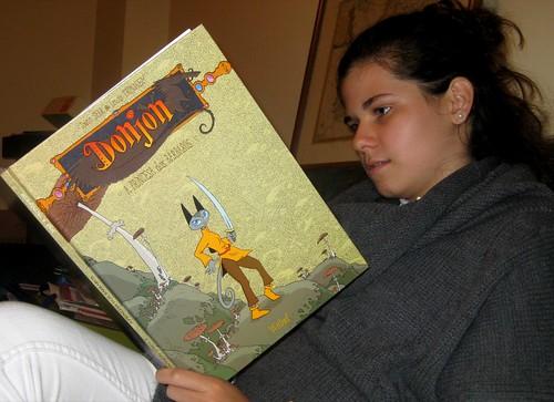 Glória reads a present
