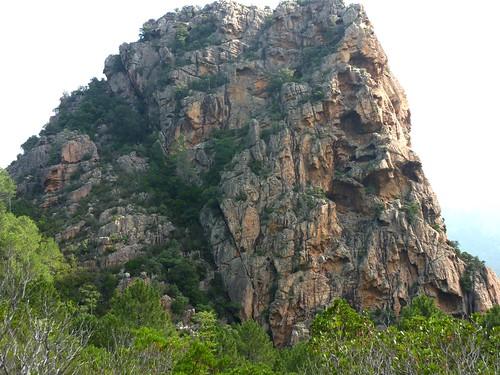 Le Castellucciu d'Urnucciu avec ses voies d'escalade à droite et son accès randonnée à gauche