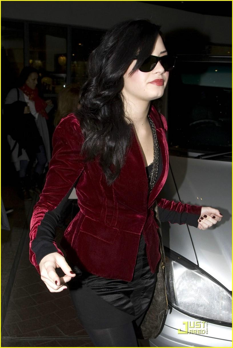 Pin De Que Parece Se Ha Enfadado Con Selena Gomez La Es Amiga On
