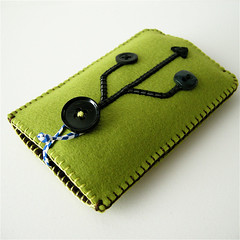NEW DESIGN!!! USB iPhone case! (hine) Tags: make handmade felt case usb button greentea maccha iphone hine makersmarket