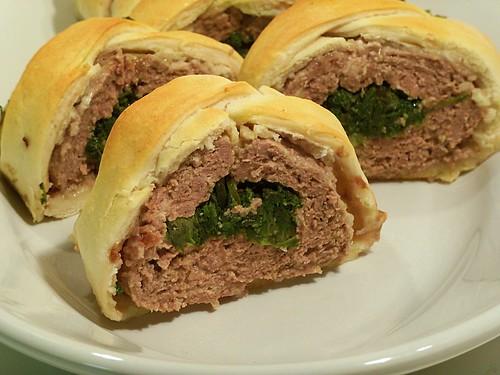 rotolo di carne in crosta con rosette di campo