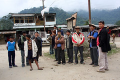 Local Tagin men in Dumporijo, Arunachal Pradesh (sensaos) Tags: people india man hat rural costume asia village native traditional north culture tribal east tribe portret cultural indigenous dorp pradesh arunachal famke noord oost azi hoed hoedje stammen daporijo tagin dumporijo sensaos