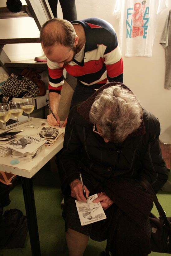 Firmando autógrafos