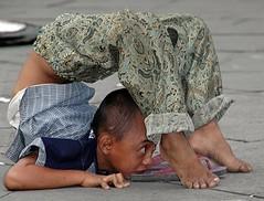 Street performer kid (2) (Tempo Dulu) Tags: poverty indonesia kid jakarta batavia kota fatahillah kudalumping