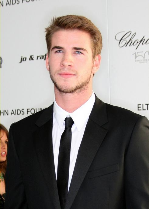 liam-hemsworth-arabian-nights-04