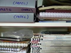 Revistas e pastas na prateleira