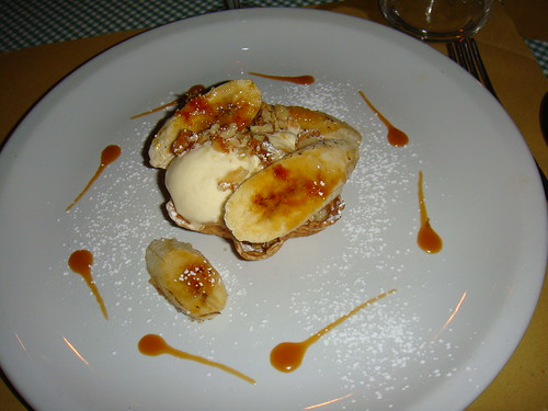 Cialda con banane caramellate noci e gelato di crema