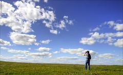 Disparando a las nubes (edu Beato) Tags: flowers sky naturaleza flores verde green primavera nature field clouds spring photographer horizon olympus cielo nubes campo horizonte trujillo fotografo extremadura e510