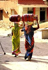 per le vie di mandawa (mat56.) Tags: india vesti via donne colori paesaggi sari rajasthan mandawa bombole indiane portatrici mat56 srtada