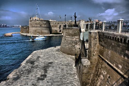 italia puglia hdr taranto monumentoalmarinaio... (Photo: passionescatto on Flickr)