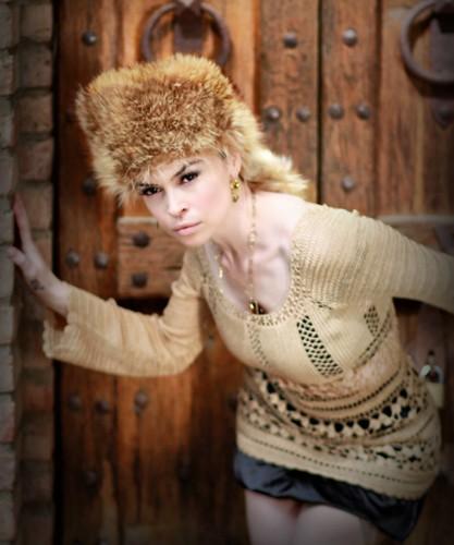 [フリー画像] 人物, 女性, 帽子・キャップ, ファッション, 201004282100
