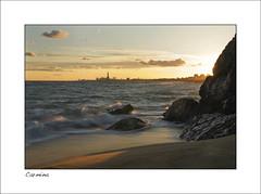 Montgat (Disfrutadetodo.) Tags: contraluz atardecer mar arena nubes olas siluetas rocas sorra contrallum montgat capvespre disfrutadetodo