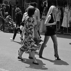 Scène de rue  -  Street scene (Philippe Haumesser Photographies (+ 6000 000 view)) Tags: photoderue girl girls woman women city ville bâle suisse swiss switzerland sexy peoples personne people noiretblanc blackandwhite monochrome