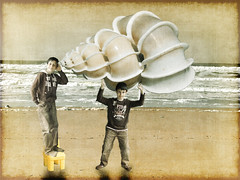 Voglio sentire il mare attraverso la conchiglia!/ I can hear the sea throught the huge shell!