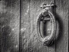 Alguien llama a tu puerta (Leles14) Tags: byn puerta benimaclet