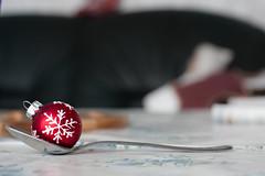 Caffe & (makmaksan) Tags: rot weihnachten x weihnachtsbaum baum christbaumkugel schmuck kugel baumschmuck schneeflocke weihnachtsgeschichte