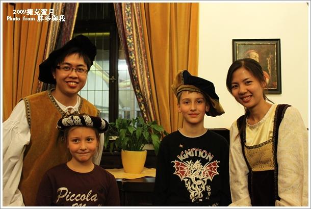 與二位外國小孩合照