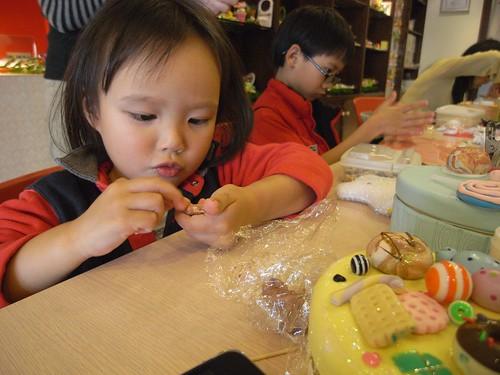 katharine娃娃 拍攝的 4專心捏黏土。