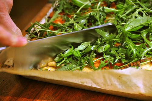 Pizza med mozzarella, tomat, basilikum og rucola