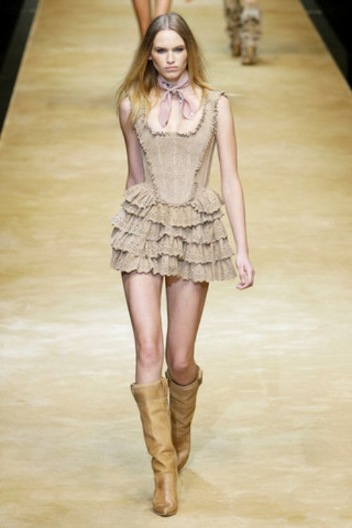 D-and-G-Podium-spring-fashion-2010-018_runway,elle.com,nytt
