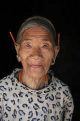 Konyak woman in the village of Chi, Nagaland (sensaos) Tags: portrait pierced people india face sisters asia retrato traditional north culture tribal porträt piercing east chi seven tribe portret northeast ritratto cultural portre indigenous naga azie nagaland famke noord chiu oost headhunter azië headhunters headhunting konyak koppensnellen koppensnellers sensaos ttadition